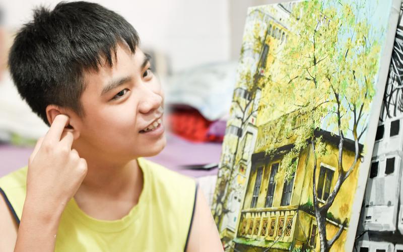 Cậu bé tự kỷ 14 tuổi mê tranh Van Gogh với bức tranh được đấu giá trăm triệu: Con sẽ trở thành họa sĩ nổi tiếng, sẽ mua nhà và cho mẹ đi du lịch